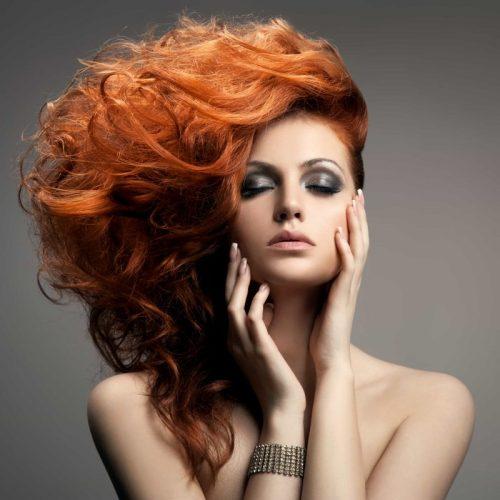 modella acconciatura strutturata capelli rossi