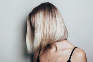 modella con taglio di capelli caschetto lungo capelli biondi
