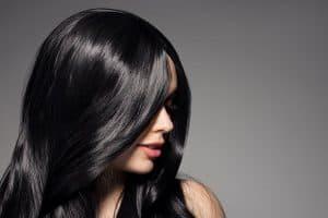 modella con capelli neri