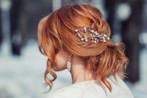 acconciatura sposa capelli rossi con dettagli gioiello