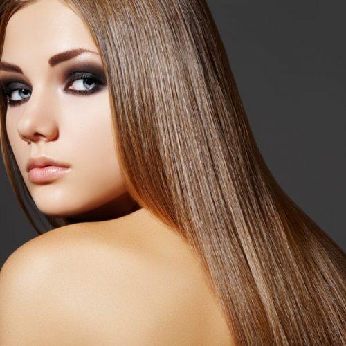 modella con capelli castani lisci e luminosi