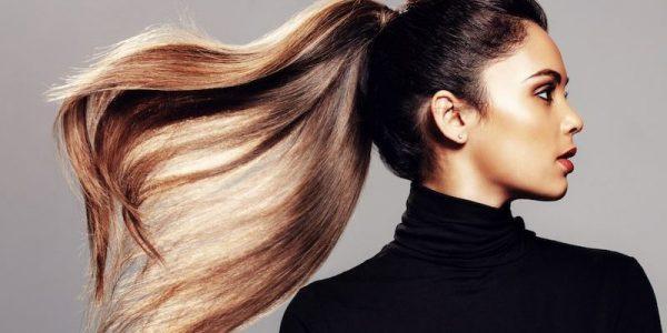 piega dal parrucchiere modella con coda di cavallo